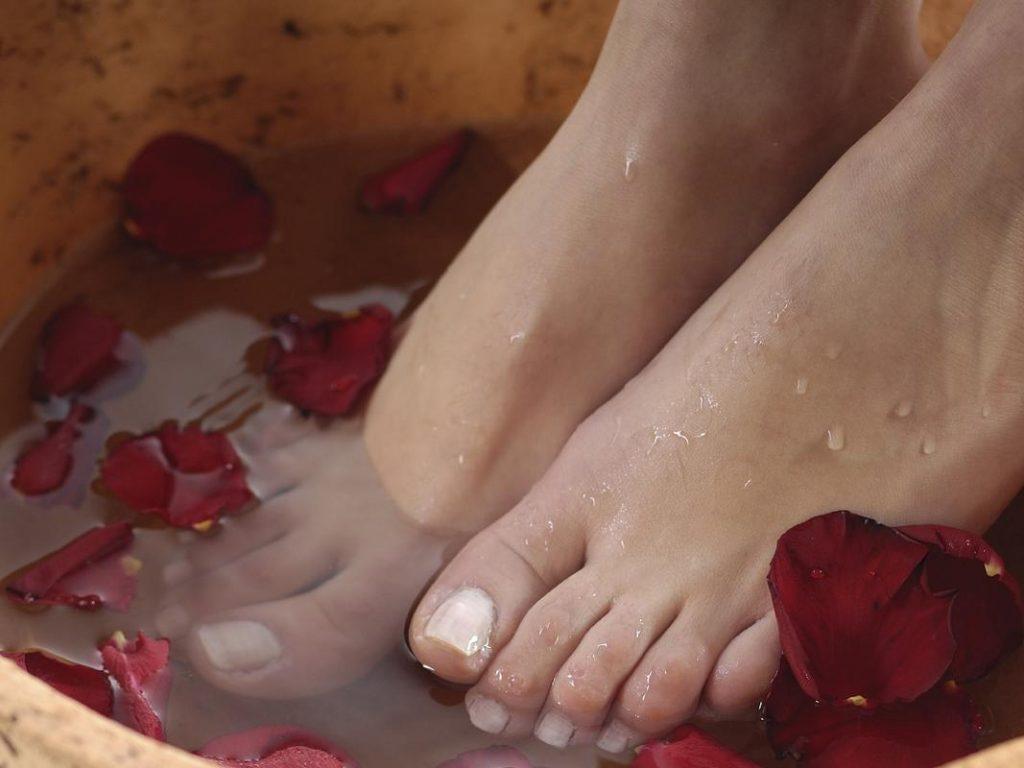 Bain de pied : un remède contre les pieds gonflés pendant la grossesse.